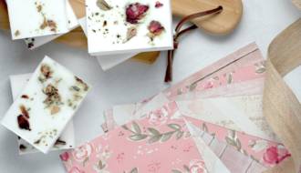 sabonete de hibisco 1 330x190 - Receita de sabonete artesanal de hibisco – passo a passo!