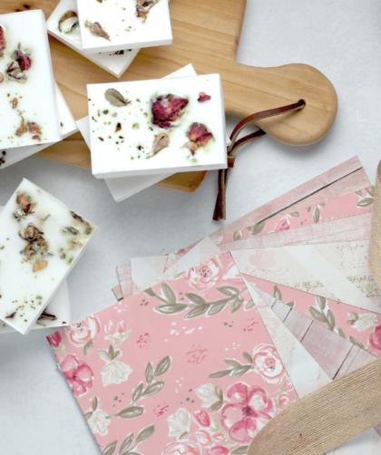 sabonete de hibisco 1 420x502 - Receita de sabonete artesanal de hibisco – passo a passo!